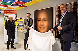 """Enthüllung des """"Willkommensgesichts"""" im Welcome Center Stuttgart (Bild: Martin Lorenz)"""